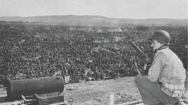 Американский солдат - один из охранников тысяч немецких солдат, захваченных в Рурской области
