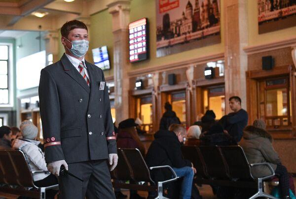 Дежурный помощник начальника железнодорожного вокзала в кассовом зале на станции Новосибирский Главный в Новосибирске