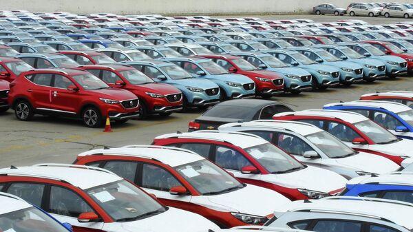 Автомобили китайского производства, ожидающие погрузки на экспортное судно в Ляньюньгане, в восточной китайской провинции Цзянсу
