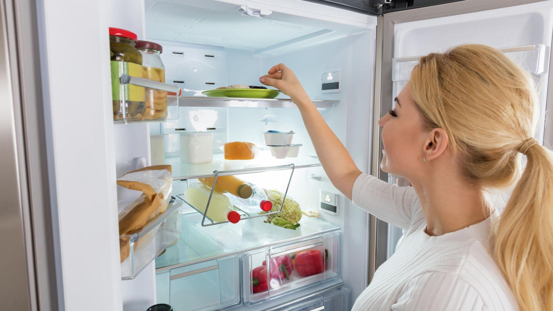 Девушка достает продукты из холодильника - РИА Новости, 1920, 20.07.2020