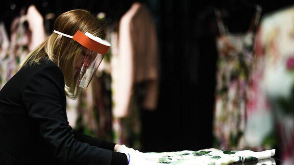 Продавец ЦУМа в Москве в защитной маске