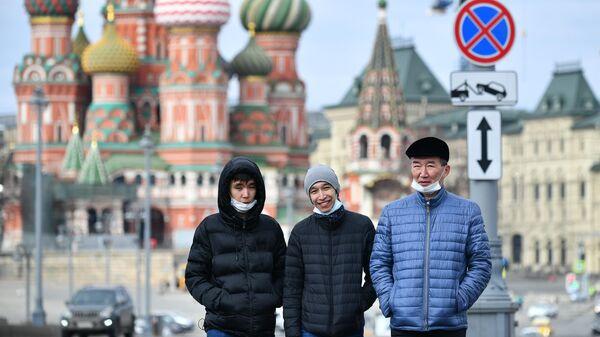 Юноши в защитных масках в Москве
