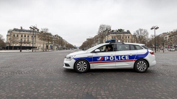 Автомобиль полиции на безлюдной улице в Париже