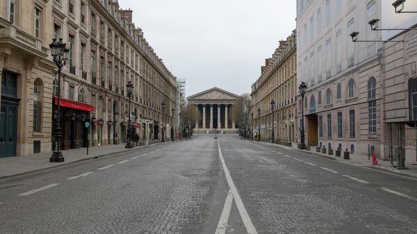 Вид на церковь Святой Марии Магдалины с безлюдной улицы Руаяль в Париже