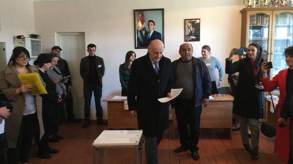 Лидер оппозиции Абхазии Аслан Бжания во время голосования на выборах президента республики Абхазия в селе Талыш Очамчирского района
