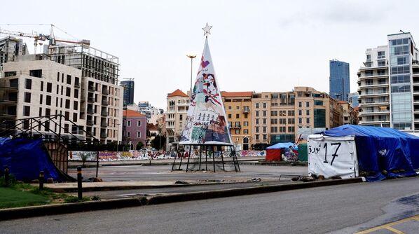 Символическая елка на площади Павших (является центром антиправительственного движения Ливанской революции 17-октября) в Бейруте