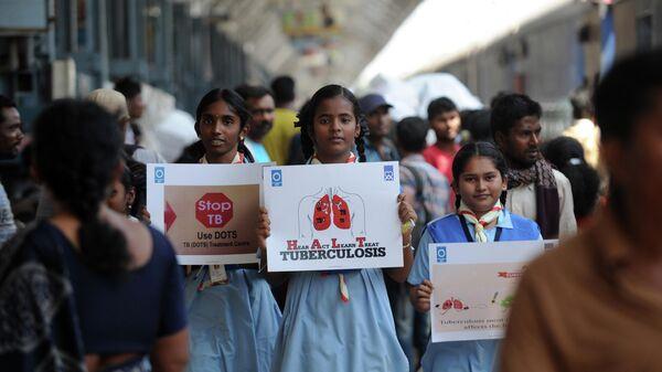 Индийские школьницы во время акции на железнодорожной станции в Ченнаи во Всемирный день борьбы с туберкулезом