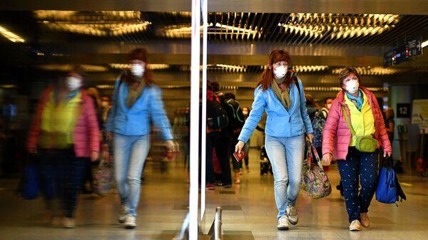 Пассажиры в медицинский масках в аэропорту Внуково