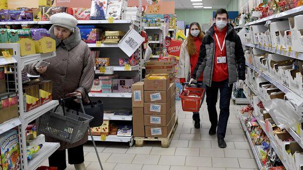 Волонтеры покупают продукты для пенсионеров в Альметьевске