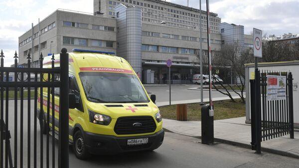 Автомобиль скорой помощи у ворот НИИ скорой помощи имени Н.В. Склифосовского в Москве
