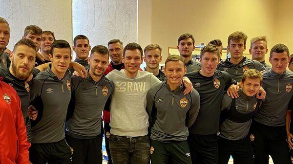 Максим Дюков в окружении футболистов и тренерского штаба ПФК ЦСКА