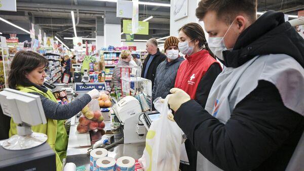 Волонтеры-медики покупают продукты для пенсионеров в Москве