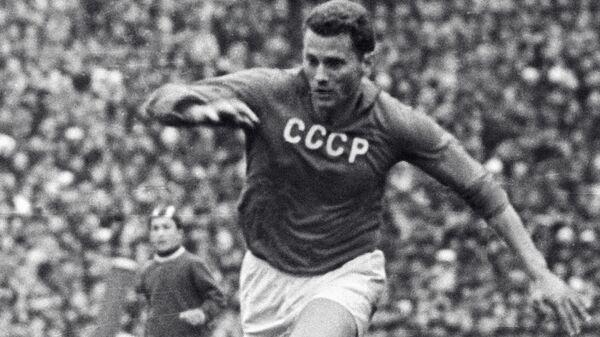 Нападающий сборной СССР Виктор Понедельник