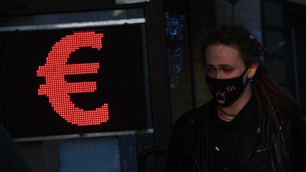 Табло обменника на одной из улиц в Москве