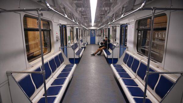 Молодой человек в вагоне Московского метрополитена
