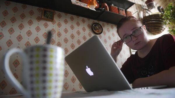 Девушка на дистанционном обучении у себя дома в Москве