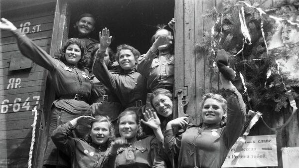 Демобилизованные девушки, уезжающие из Германии на Родину