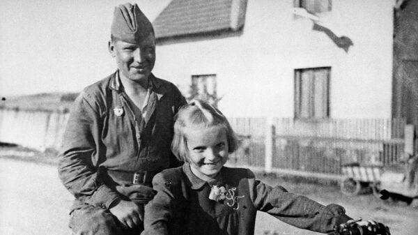 Советский солдат и чешская девочка. Село Чимелице, 1945 год