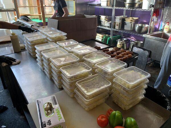 Еда для мигрантов из Средней Азии, застрявших в аэропорту Внуково