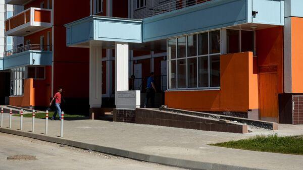 Мужчины около подъезда жилого дома