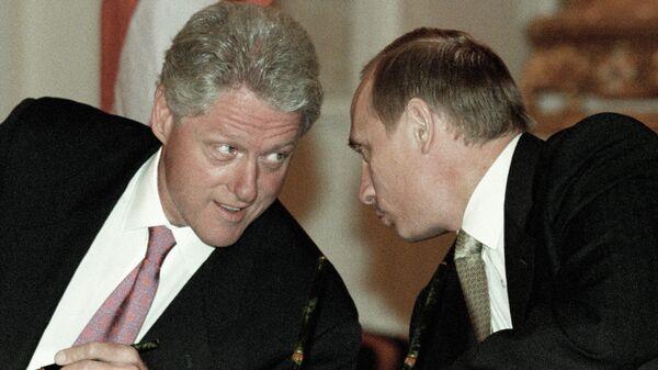 Президент РФ Владимир Путин и президент США Билл Клинтон после подписания совместных документов во время российско-американской встречи на высшем уровне в Кремле