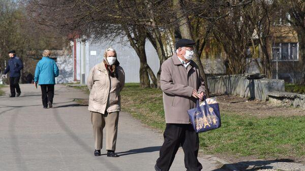 Жители Украины в защитных масках на улице