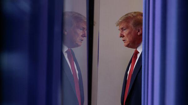 Президент США Дональд Трамп перед началом брифинга по коронавирусу в Белом доме в Вашингтоне