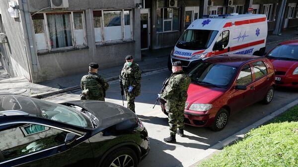 Сербские военные у здания клиники инфекционных болезней в Белграде