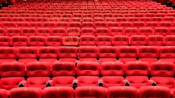 Пустой зрительный зал кинотеатра