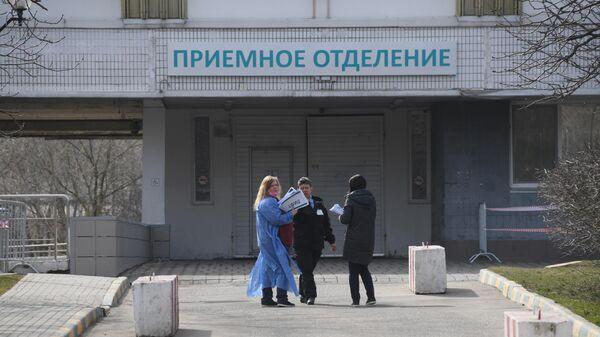 Люди около приемного отделения больницы № 15 им. Филатова