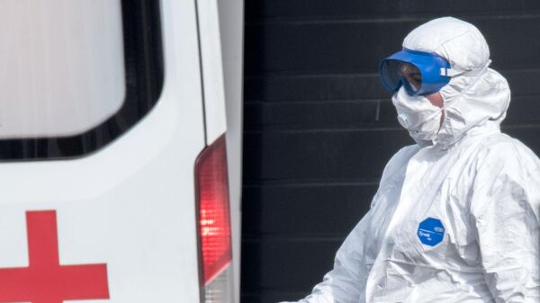 Врач скорой медицинской помощи возле больницы для пациентов с подозрением на коронавирус в Коммунарке
