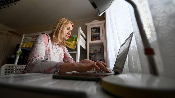 Женщина за компьютером у себя дома