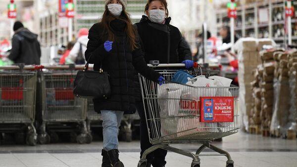 Покупатели в магазине Ашан
