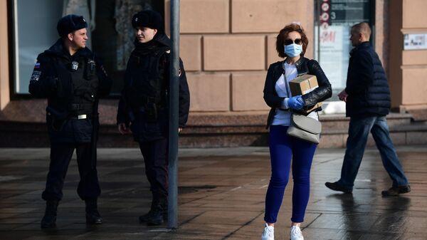 Сотрудники полиции и прохожие на улице Москвы