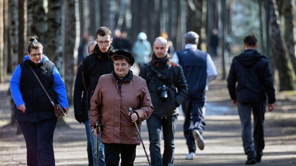 Жители города гуляют в парке Сосновка, не входящего в список закрытых для посещений