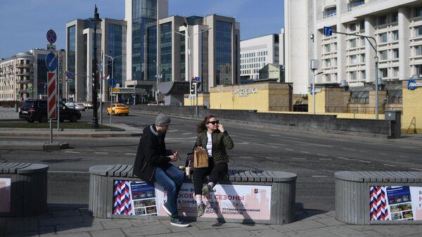 Жители Москвы с едой из Макдональдса на площади Мясницкие ворота