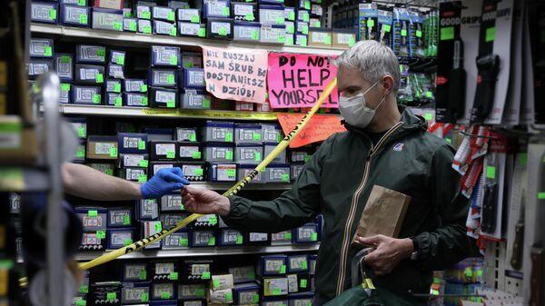 Покупатель забирает заказ из хозяйственного магазина во время вспышки коронавируса в Бруклине, Нью-Йорк, США