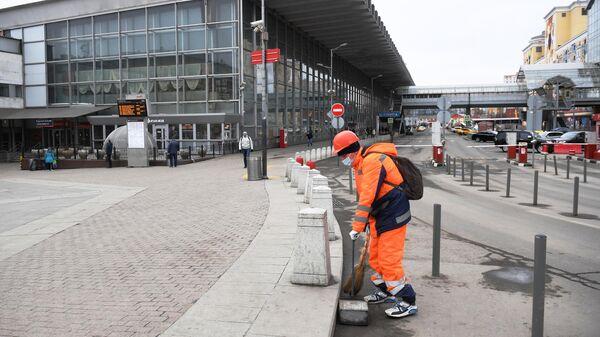 Сотрудник коммунальной службы на площади Курского вокзала