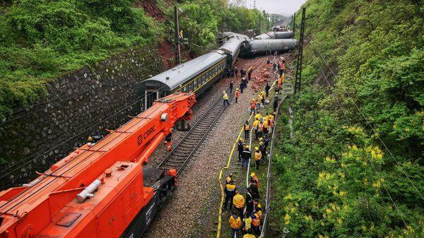 Cход с рельсов нескольких вагонов пассажирского поезда в Китае