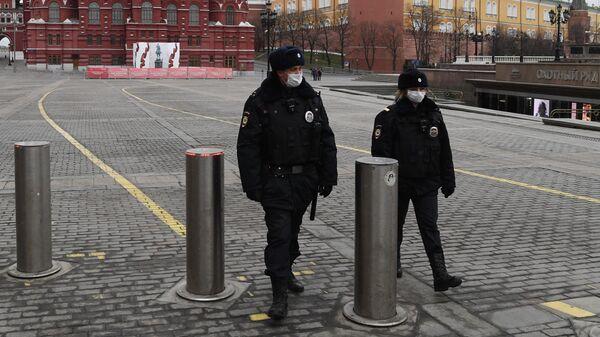 Сотрудники полиции в масках на Манежной площади в Москве