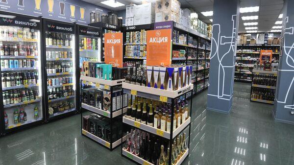 Полки с алкогольной продукцией в одном из магазинов в Москве