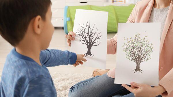 Мальчик занимается с психологом
