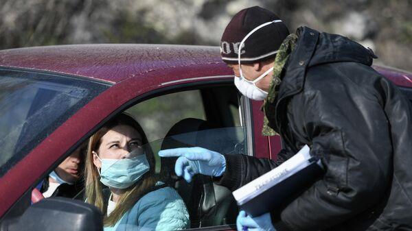 Проверка автомобилей на одном из развернутых при въезде в город Севастополь блокпостов