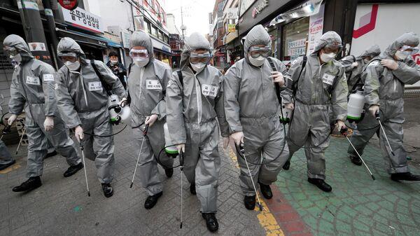 Корейские военные во время дезинфекции на улице Сеула