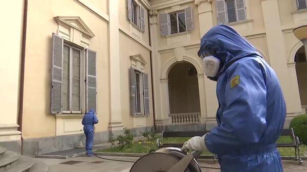 Российские военные специалисты проводят полную дезинфекцию и санитарную обработку в пансионате для пожилых людей в Брембате-ди-Сопра. Стоп-кадр видео