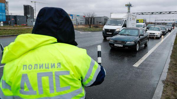 Сотрудник полиции на посту ДПС на въезде в город Калининград