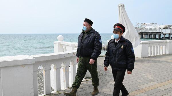 Мобильные отряды самоконтроля патрулируют улицы Сочи и контролируют соблюдение горожанами режима самоизоляции