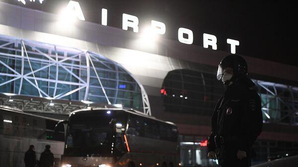 Сотрудники правоохранительных органов у аэропорта Толмачево