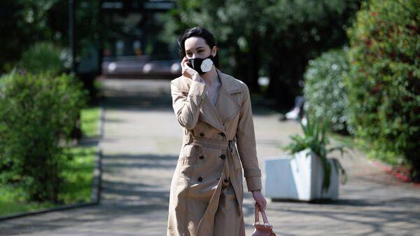 Девушка в защитной маске в Сочи