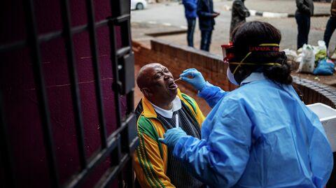 Медицинский работник делает тест на коронавирус жителю Йоханнесбурга, Южная Африка